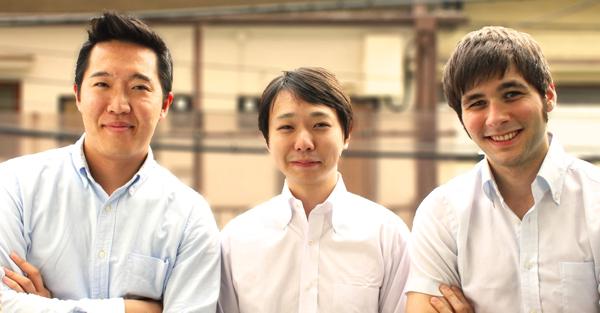 2013年4月、起業した年の写真。左から長沼、田村、マック。